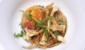 Alain llorca (restaurant alain llorca, à la colle-sur-loup, dans les alpes-maritimes) : raviolis d'oufs de ferme, tranche fine de jambon ibérique, belotta et artichauts