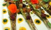 Anchois de méditerranée juste raidis au basilic, surmontés d'un condiment agrumes-abricot-coriandre fraîche, fleurs et herbes aromatiques