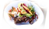 Noisettes d'agneau grillées à la sauge, fromage de chèvre frais & salade estivale