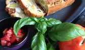 Cake aux courgettes trompettes, tomates séchées, basilic, olives noires et ricotta