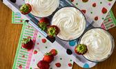 Verrines de fraises, crumble aux amandes et chantilly vanillée au mascarpone