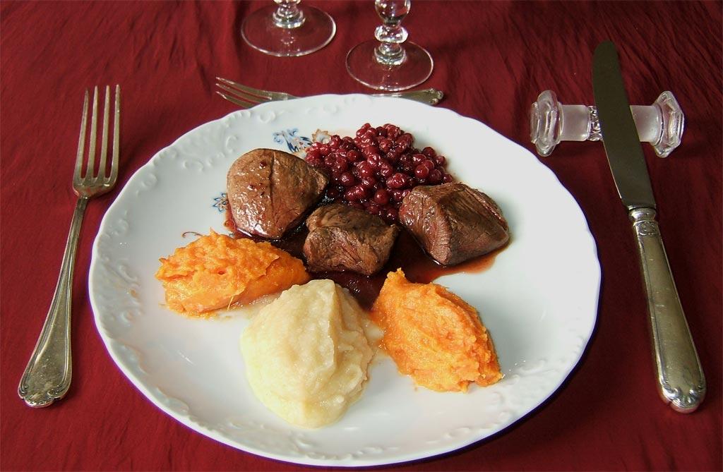 Noisettes de chevreuil sauce aux airelles une recette de - Cuisiner du marcassin ...