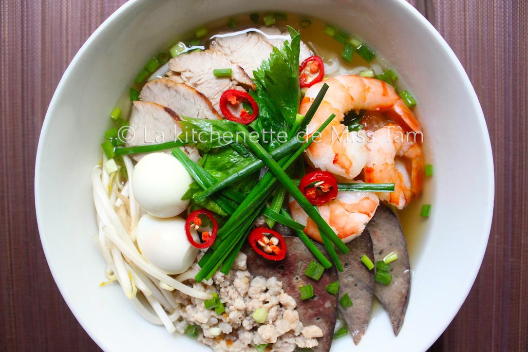 Recettes de bouillon d 39 os de porc par la kitchenette de miss t m soupe de nouilles phnom penh - Bouillon d os ...