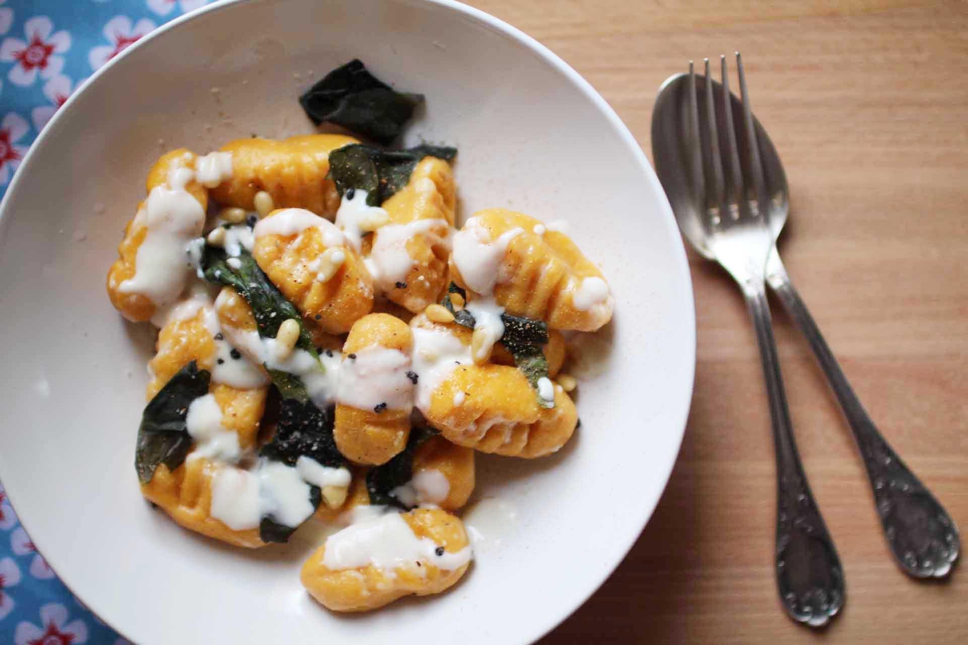 Gnocchis de patate douce sauce la fourme et aux pignons - Cuisiner des gnocchis ...