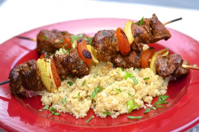 Brochettes d agneau pic es la marocaine une recette d - Cuisiner une selle d agneau ...