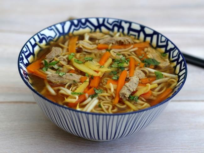 Bouillon asiatique au veau, nouilles et légumes - Recette