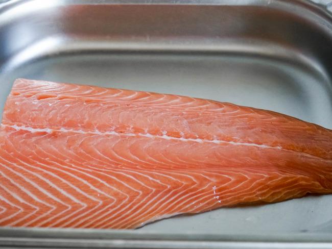 oter la peau et d graisser un filet de saumon recette par chef simon. Black Bedroom Furniture Sets. Home Design Ideas