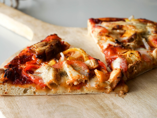 pizza recette de pizza au poulet fum garniture et cuisson de la pizza recette par chef simon. Black Bedroom Furniture Sets. Home Design Ideas