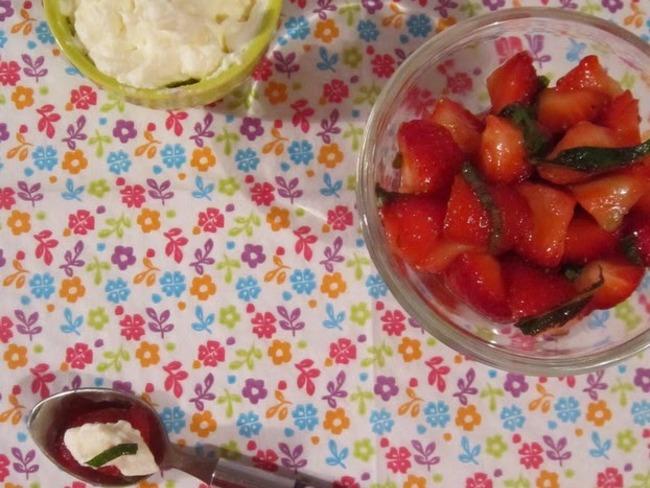 salade de fraises la menthe recette par les papilles qui fr tillent. Black Bedroom Furniture Sets. Home Design Ideas