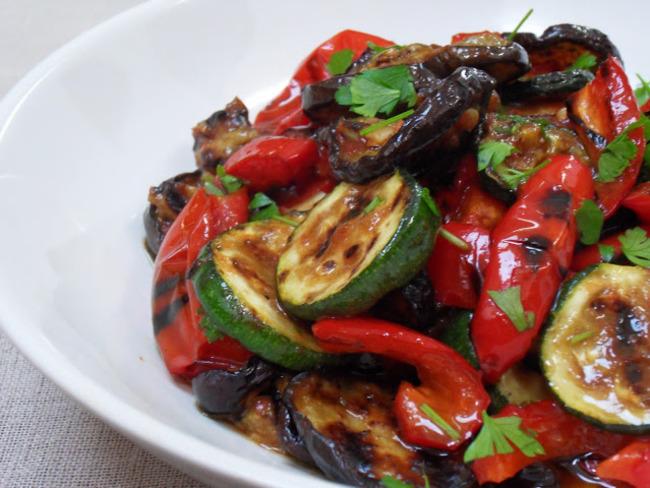 Salade m diterran enne de courgettes aubergines et - Salade de poivrons grilles ...