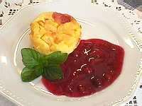 Clafoutis de pêches et coulis de fruits rouges