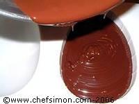 Moulage des oeufs en chocolat