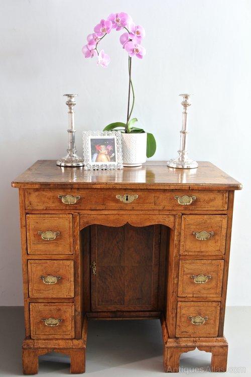 Early 18th Century Walnut Kneehole Desk V28