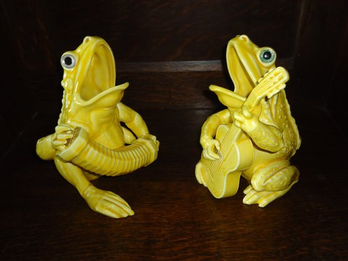Delightful pair of Frog Musicians.