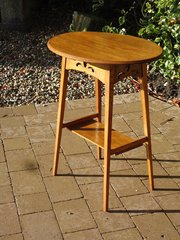 Pretty Arts & Crafts oval oak table