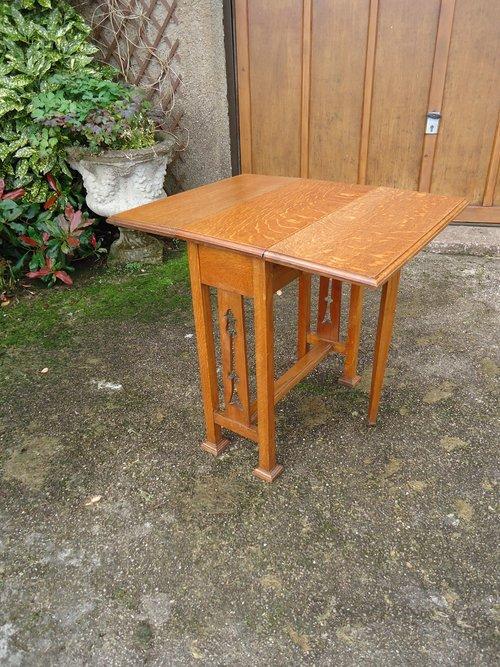 Small Arts & Craftsdrop leaf oak table