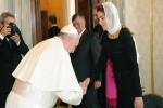 L'inchino di papa Francesco alla regina Rania di Giordania