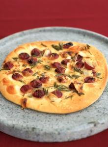 Red grape pizza with honey, rosemary and pecorino