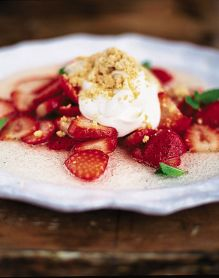 Strawberries with yoghurt, Prosecco and shortbread