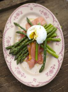 Blanched asparagus – poached egg – fresh smoked salmon