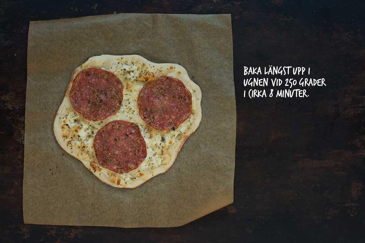 Recept: Vit pizza med salami, ruccola och körsbärstomater | Frk. Kräsen