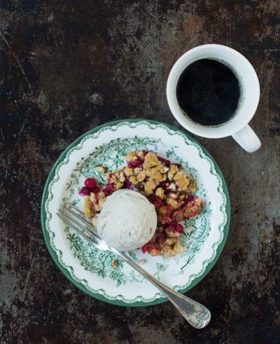 Recept: Crumble med röda vinbär och vit choklad | Frk. Kräsen