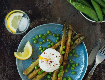 Recept: Panerad sparris med pocherat ägg och ärtor   Frk. Kräsen