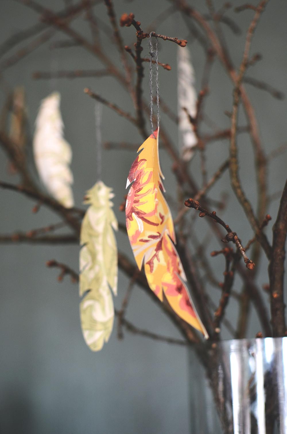 Påskpyssel - påskris fjädrar i tapet