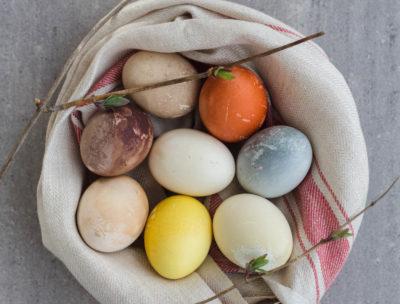 Naturligt färgade ägg