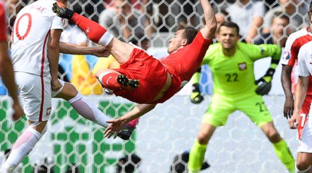 شاكيري يودع اليورو بجائزة رجل مباراة سويسرا وبولندا