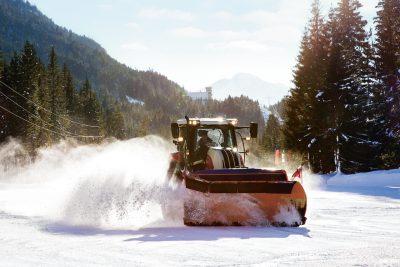 Es braucht viel Power, um den Pulverschnee zu einer festen Eisdecke zusammenzupressen. Die Traktoren versprühen immer wieder Wasser, das sofort zu Eis gefriert.