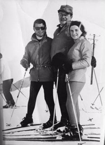 Die Kitzbüheler Ruth Perry-List (re.) und Heinz Achhorner (li.), Skilehrer von John Wayne (mi.)