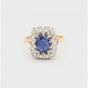 Elegant Gold Ring ornamented with Sapphire and Diamonds