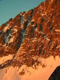 Ranním sluncem osvícená stěna Kežmaráku