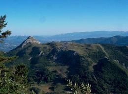 Pohled z Ceuse na okolní kopečky a levou část masivu Ceuse