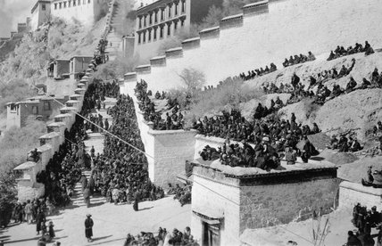 Crowds at Namdrotagtse ceremony by Potala