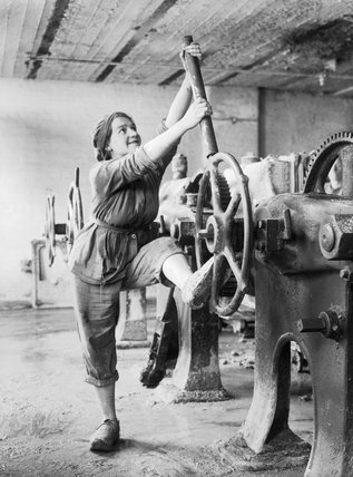 A girl operating a filter press in a Lancashire glucose factory during the First World War.