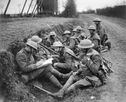 Troops planning an attack near Meteren during the Battle of Bailleul, 16 April 1918.