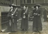 Suffragettes prepare to chain themselves to railings: 1909