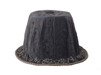 A man's hat with a high crown and narrow brim; c1590