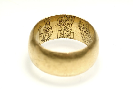 Thick gold ring with figures of saints on the inside:15th century