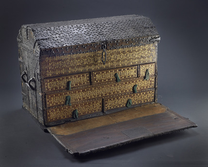 Wooden travelling chest: 16th century