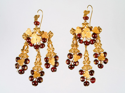 Pair of gold earings: 19th century