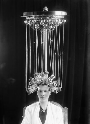 Woman modeling a hairstyle for the hairdresser Eugène Ltd: 1923