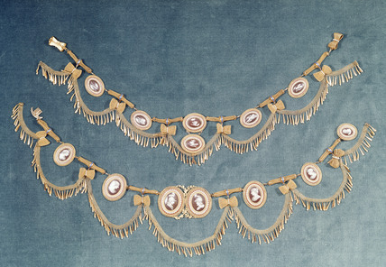 Gold necklace and armlet: 18th-19th century