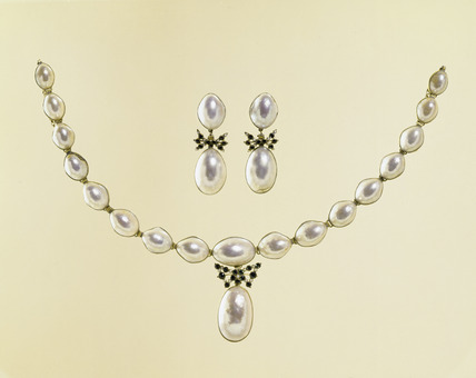 Pearl necklace and earrings: 17th-18th century