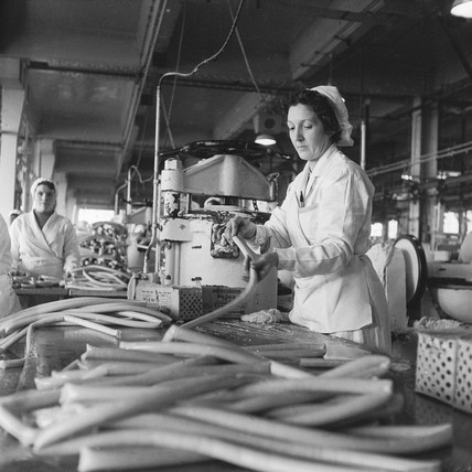 Making sausages at the Wall's factory, Acton: 1959