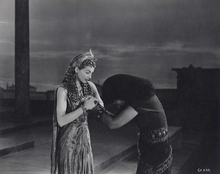 Vivien Leigh as Cleopatra and Flora Robson as Ftatateeta in 'Caesar and Cleopatra'