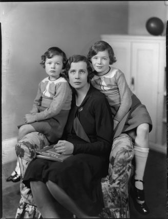 Lady Munro-Lucas-Tooth with her daughters