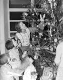 Children decorating the Christmas tree, 23 December 1938.